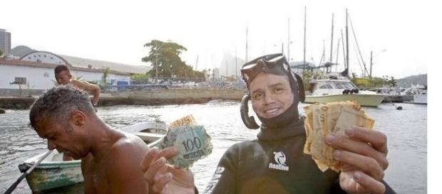 Imagem de pescador exibindo notas de dinheiro.
