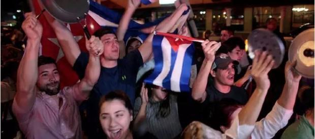 Multidão comemora a morte de Fidel Castro (Foto: Javier Galeano/Reuters)