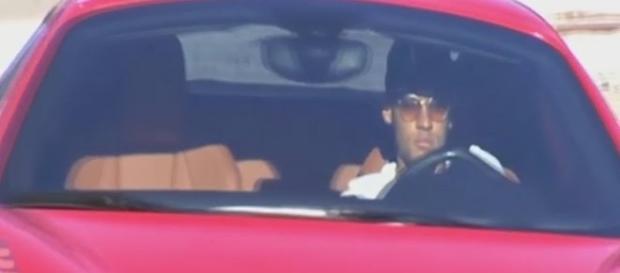 Neymar pilotando sua Ferrari que é o xodó do jogador.