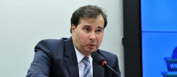 Rodrigo Maia diz não ter culpa da aprovação das emendas nas 10 medidas