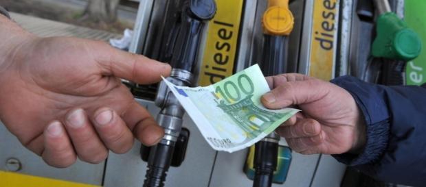 Ecco le accise che paghiamo quando mettiamo benzina