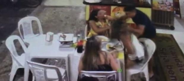 Ex-namorado espanca mulher em lanchonete no Ceará.