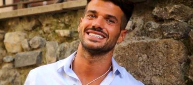 Uomini e Donne, scatta il primo bacio gay tra Claudio e Francesco