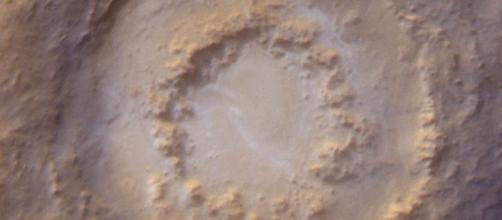 Formazione di un peak ring (l'anello interno al cratere) sulla superficie marziana, in seguito all'impatto di un meteorite.