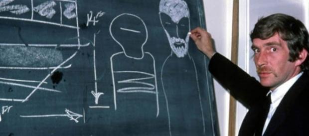Alan Godfrey desenhando a nave e os seres com os quais teve contato