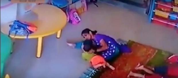 Cuidadora espanca menina de nove meses