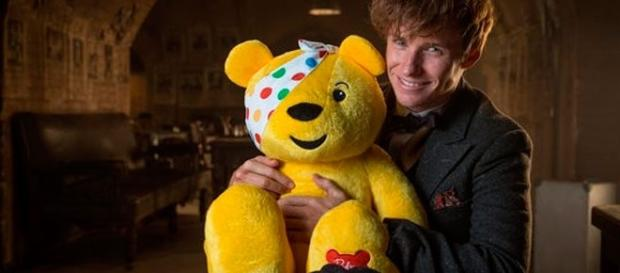 Eddie Redmayne sosteniendo a Paudsy el oso de Children in Need