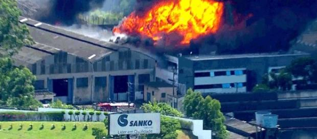 Incêndio consome fábrica de cosméticos em Diadema.