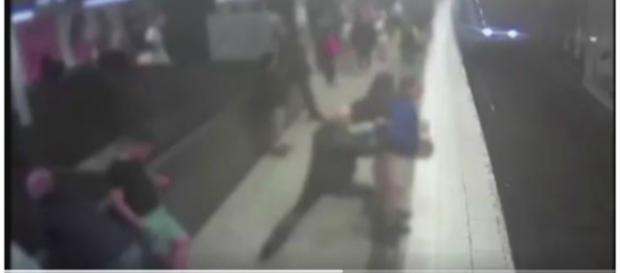 Momento em que homem é empurrado para frente do trem