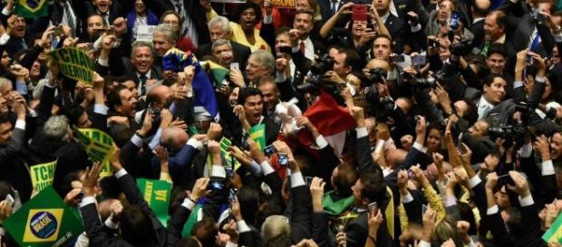 Parlamentares querem limitar investigações contra classe política