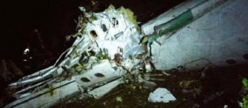 Avião com jogadores do Chapecoense caiu na Colômbia matando 75 pessoas