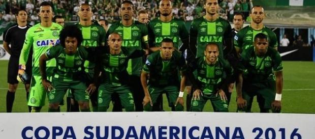 Clubes do Brasil e do Mundo se solidarizam com tragédia que vitimou a Chapecoense (Foto: Isto É)