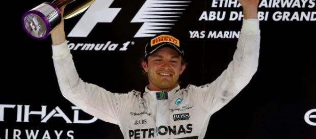 Esta es la última foto de Nico Rosberg subiendo a un podio de Formula 1 porque lo deja