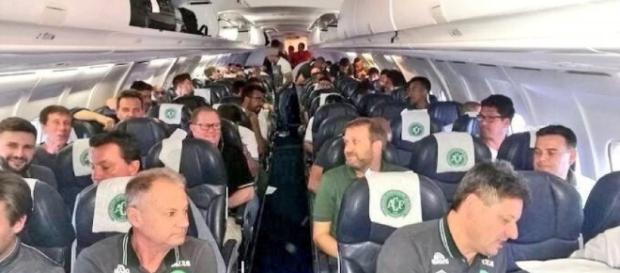 La squadra del Chapecoense in aereo.
