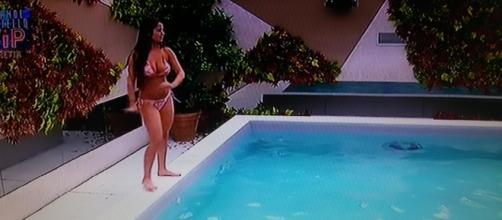 Alessia Macari il 3 Novembre al GF Vip mentre balla a bordo piscina