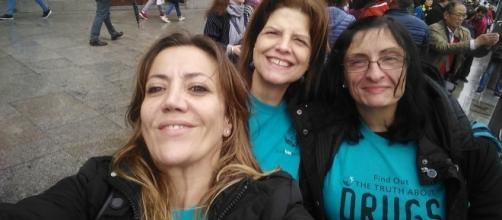 Tres voluntarias de la Asociación en la Puerta del Sol, tras repartir más de 600 libritos de informacion. www.noaladroga.org