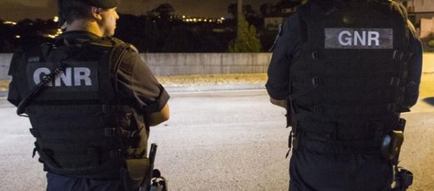 As autoridades procuram agora o assaltante em fuga