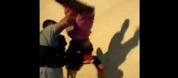 """Em """"batida"""" policial, garoto é colocado de cabeça para baixo"""