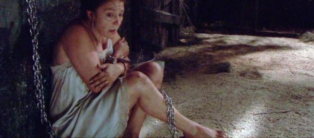 Francisca Montenegro incatenata in una grotta