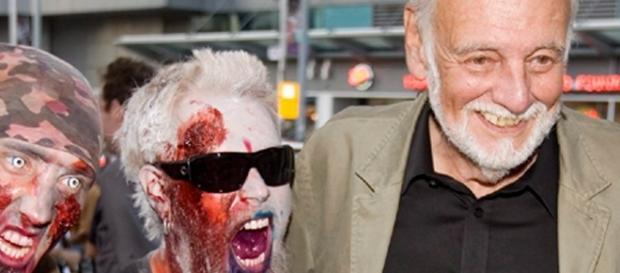 George Romero acompañado de dos zombies