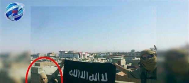 Imagen cedida por AICS en la que se ve un niño con una bandera del Daesh en Kirkuk.