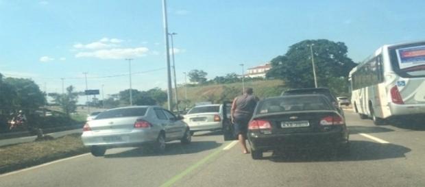 O trânsito ficou complicado na Linha Amarela devido ao confronto entre os policiais e os bandidos