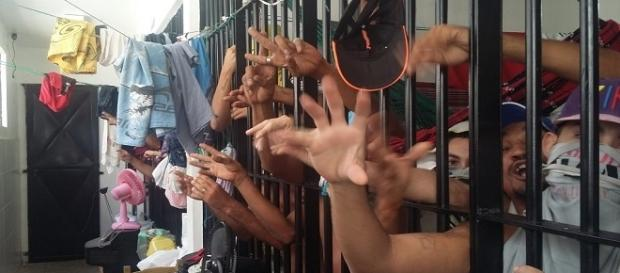Preso é assassinado por colegas de cela, que escreveram uma manifestação no corpo da vítima.