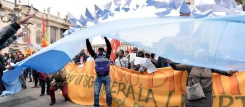 Gli occupanti delle palazzine dell'ex Moi sfilano in città