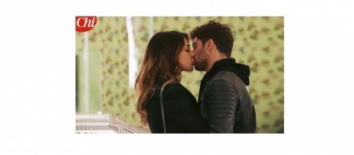 Gossip: Belen Rodriguez bacia il fidanzato Andrea Iannone.