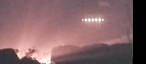 Imagem de OVNI sobrevoando área rural na Irlanda.