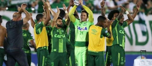 La gioia dei giocatori della Chapecoense dopo il successo sul San Lorenzo in semifinale di Copa Sudamericana