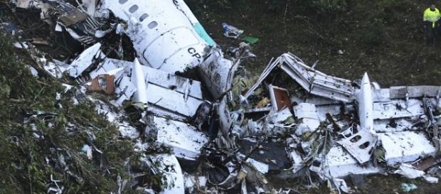 avião cai em Medellin matando 71 pessoas