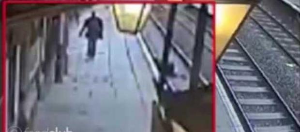 Homem empurra senhor de 50 anos nos trilhos do trem em Londres
