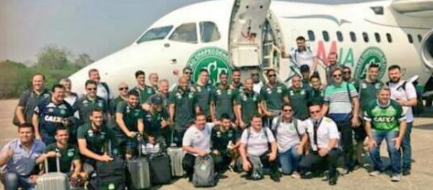 O trágico acidente ceifou a vida de quase oitenta pessoas presentes no avião no momento da queda.