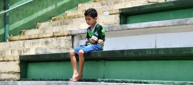 Pequeño hincha del Chapecoense, desolado por la tragedia