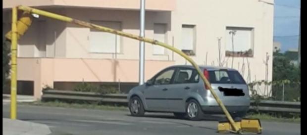 Un semaforo piegato dal vento.