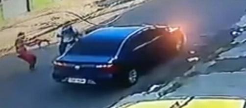 Bandidos assaltam veículo na Vila da Penha, podem ser os mesmos que participaram de um tiroteio no mesmo bairro