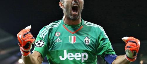 Gigi Buffon esulta dopo la vittoria in casa del Lione