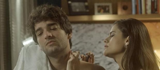 Alina tenta seduzir Tiago em A Lei do Amor
