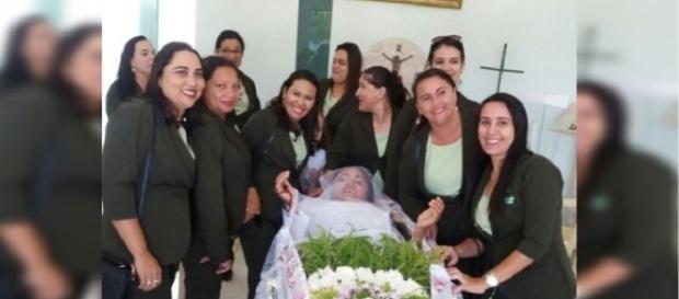 Mulher realiza sonho de ser velada em vida no Ceará