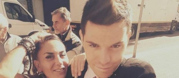 """Niccolò Centioni con la mamma Patrizia sul set della nuova serie tv """"Saluti e baci da mamma e papà""""."""