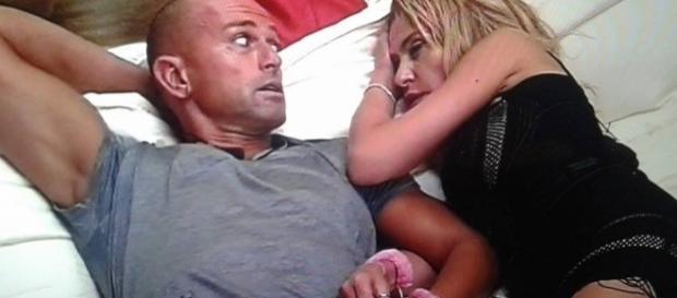 Stefano Bettarini e Valeria Marini a letto in manette
