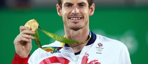 Andy Murray, campione olimpico in carica, mostra la medaglia d'oro.