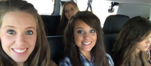 Jinger Duggar with her sisters (Photo via Duggar Family/Facebook)