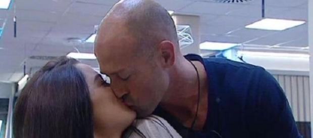 Bacio fra Stefano e Alessia Macari.