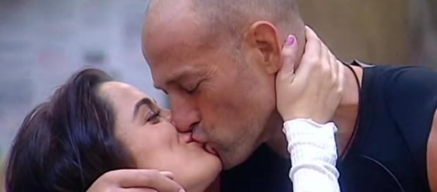 Bacio tra Alessia Macari e Stefano Bettarini