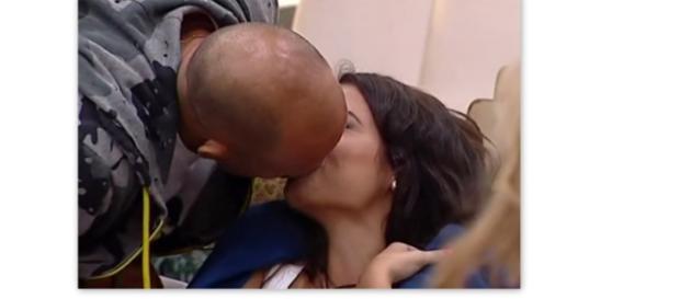 Il bacio tra Alessia e Stefano.