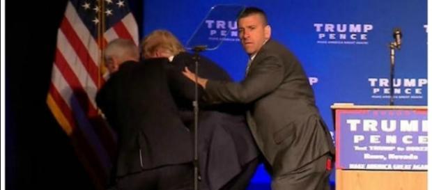 Trump foi retirado às pressas do palco