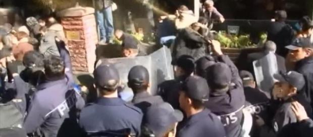 Uniformados turcos contra manifestantes