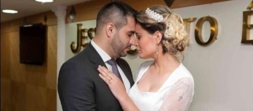 Andressa Urach mostra álbum de casamento com Tiago Costa